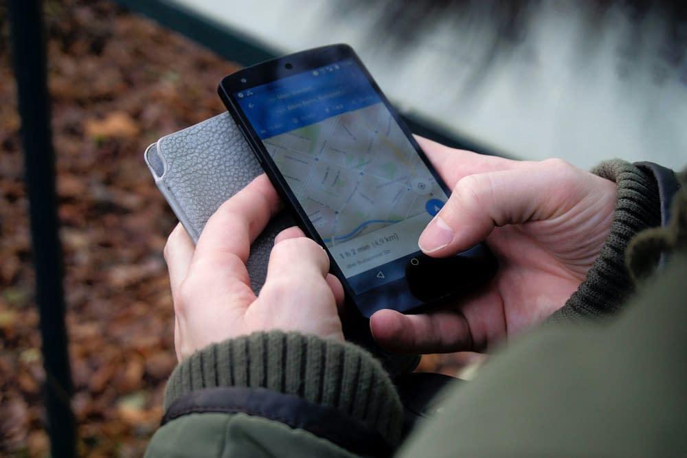 Een telefoon wordt vastgehouden door twee handen