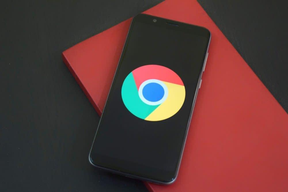 Telefoon met een icoon van Google Chrome