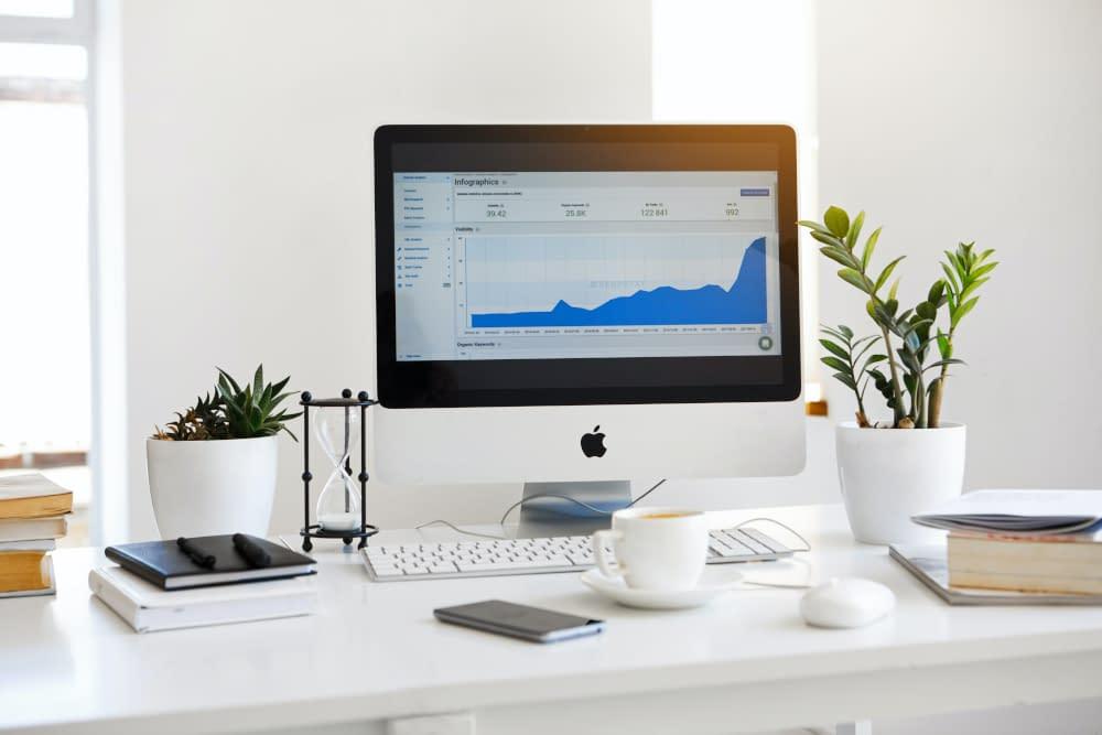 Bureau met een Mac computer