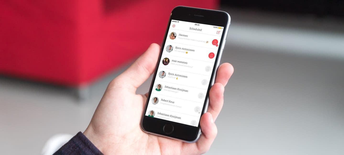 hand met daarin een iphone met daarin de scheduled app