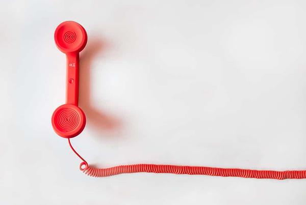 Rode telefoon op een witte achtergrond